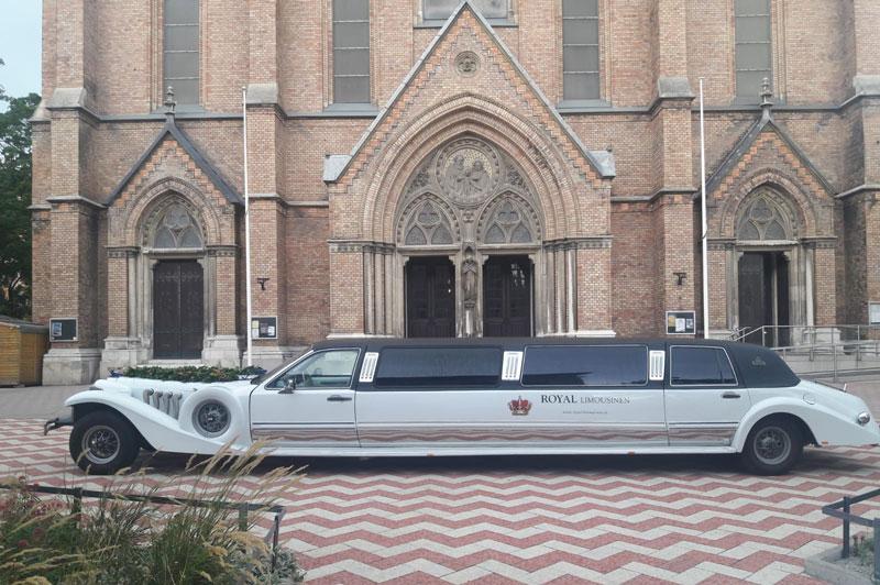 Hochzeitsauto Limousine zur Kirche zur Heiligen Familie in Wien