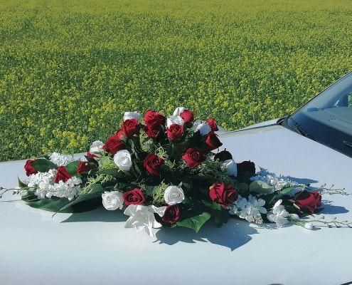 Blumenschmuck 4: rote und weiße Rosen