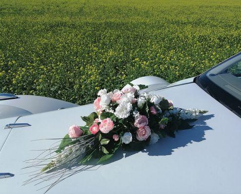 Hochzeitsauto Blumenschmuck 11: rosa und weiße Rosen