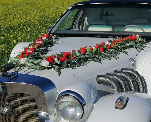 Hochzeitsauto Blumenschmuck 13: rote und weiße Rosen gross