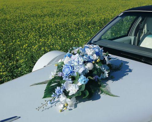 Brautauto Blumenschmuck 5: blau-weiß